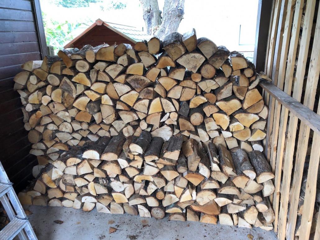 Stockage de bois traditionnel sous hangar