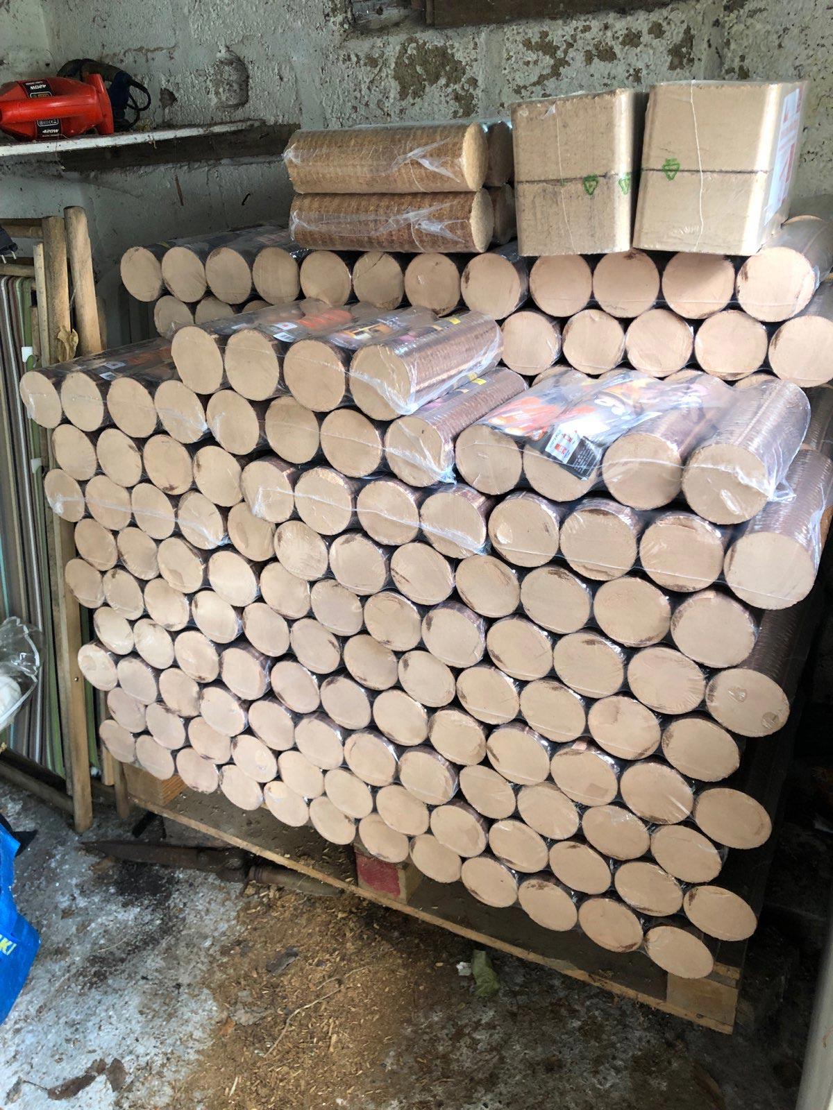 Stockage de bûches compressée sur palette